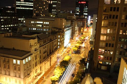 Blick in die Adderley Street bei Nacht